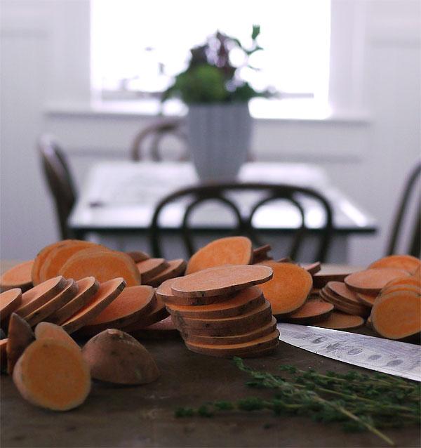 Thanksgiving-sliced-sweet-potatoes-thyme_honestfare.com
